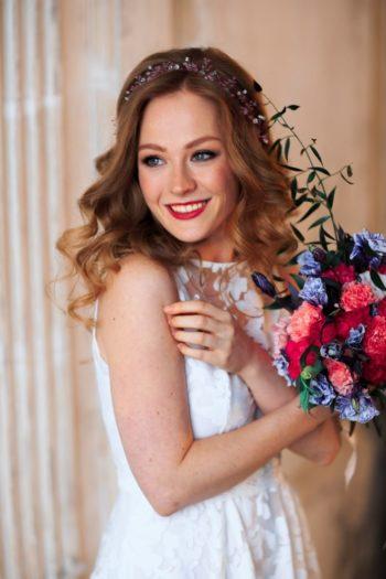 прическа на свадьбу для средних волос