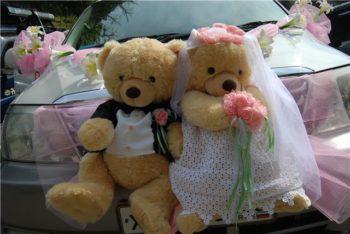 украшение машины свадебными мишками