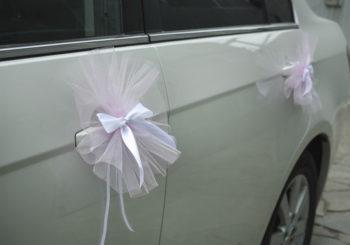 оформление ручек дверей свадебного автомобиля бантами