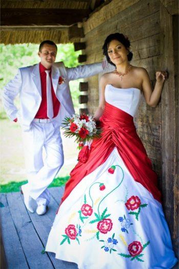 Платье в бело-красном исполнении
