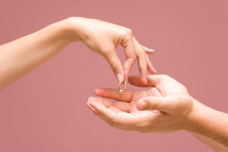 Можно ли носить обручальное кольцо после развода: что делать с обручальным кольцом после развода