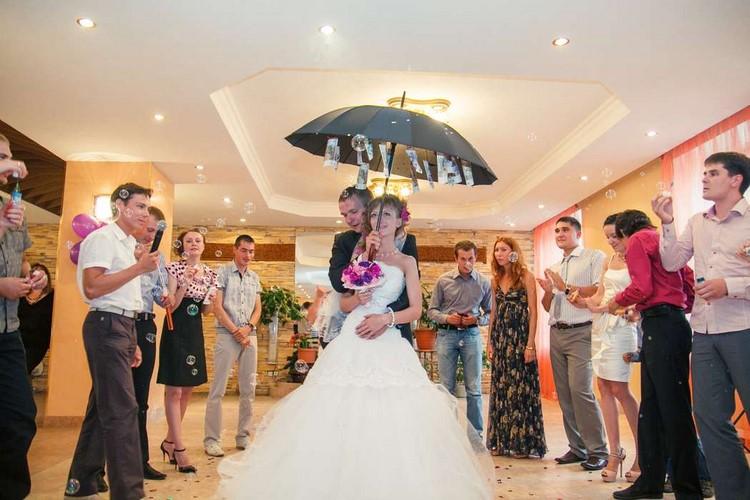 Слова к поздравлению на свадьбу с зонтом с деньгами