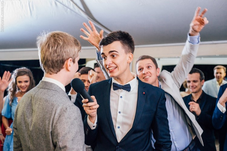 Интервью на свадьбе – подборка подставных вопросов для гостей