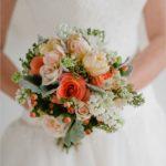 Фото персикового букета в руках невесты
