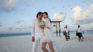 Наряд жениха и невесты на Мальдивах