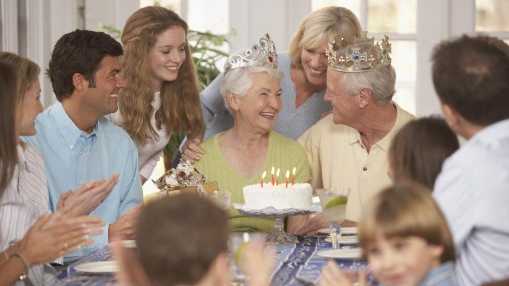 Празднование с семьей шестидесятой годовщины свадьбы