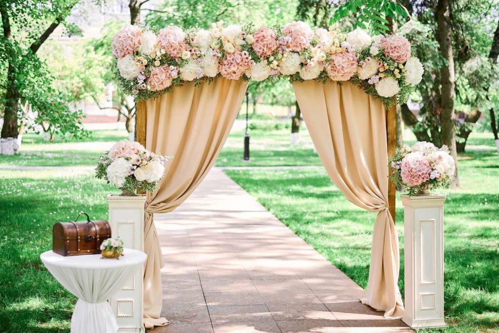 Свадебная арка в бежевых тонах