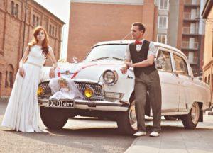 Белая волга в кортеже на свадьбе в деревенском стиле