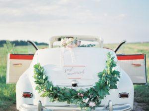 Белое авто на рустикальной свадьбе