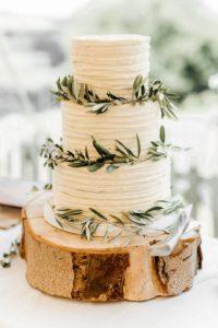Белый торт для свадьбы в стиле рустик