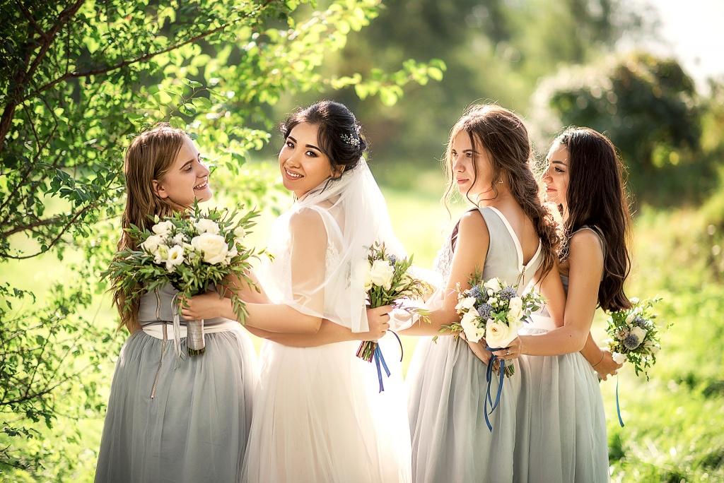 Бирюзовые наряды гостей на свадьбу
