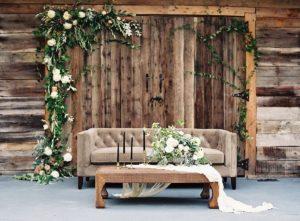 Фотозона с диваном на свадьбе в стиле рустик