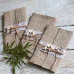 Интересные конверты с приглашениями на рустикальную свадьбу