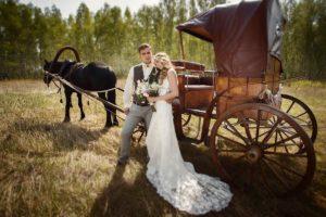 Карета вместо автомобиля на деревенской свадьбе