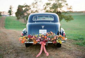 Кортеж с живыми цветами на свадьбе в стиле рустик