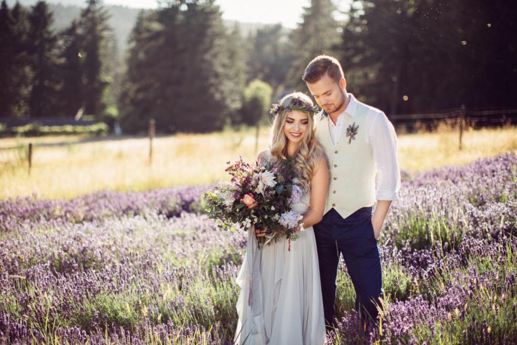 Молодожены на природе празднуют свадьбу