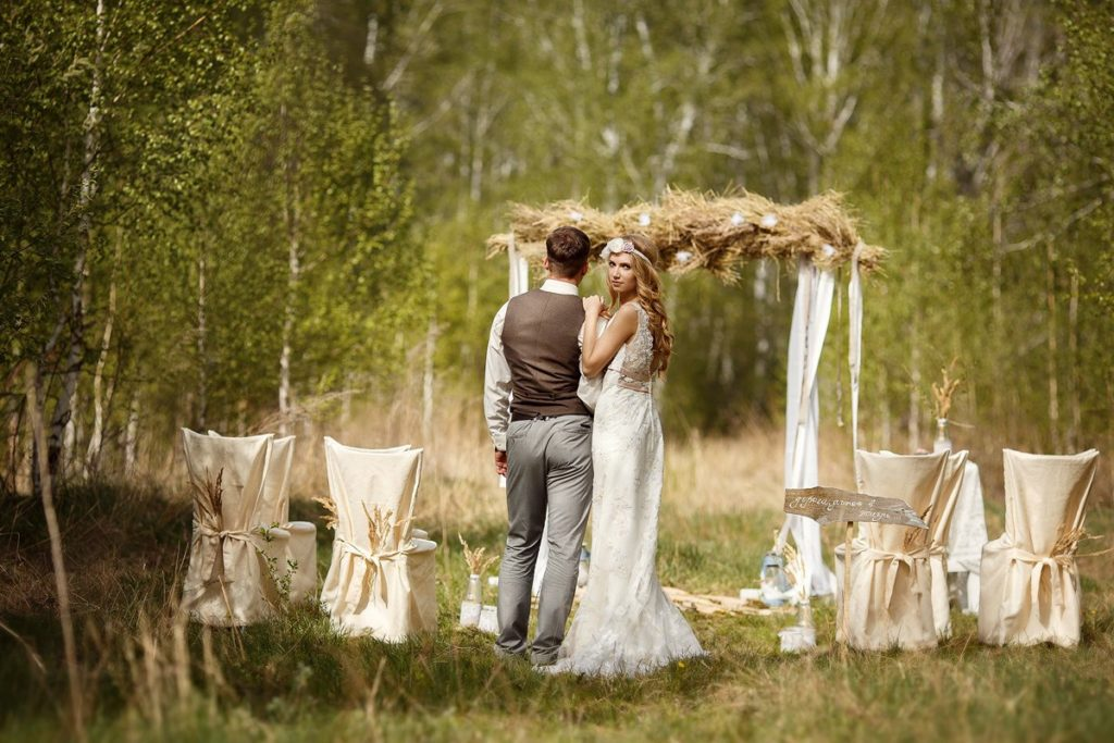 Образы молодоженов на свадьбе на открытом воздухе