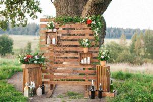 Оформление фотозоны для свадьбы в деревянном стиле