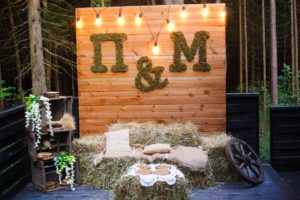 Оформление зоны фотографий на деревянной свадьбе