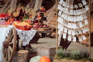 Осенний фуршетный стол на свадьбе в деревенском стиле