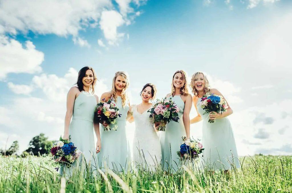 Платья гостей на бирюзовую свадьбу