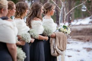 Подружки невесты на свадьбе в стиле рустик в зимний период