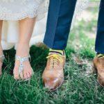 Потертые туфли у жениха на рустикальной свадьбе
