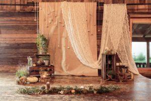 Стильная фотозона для рустикальной свадьбы