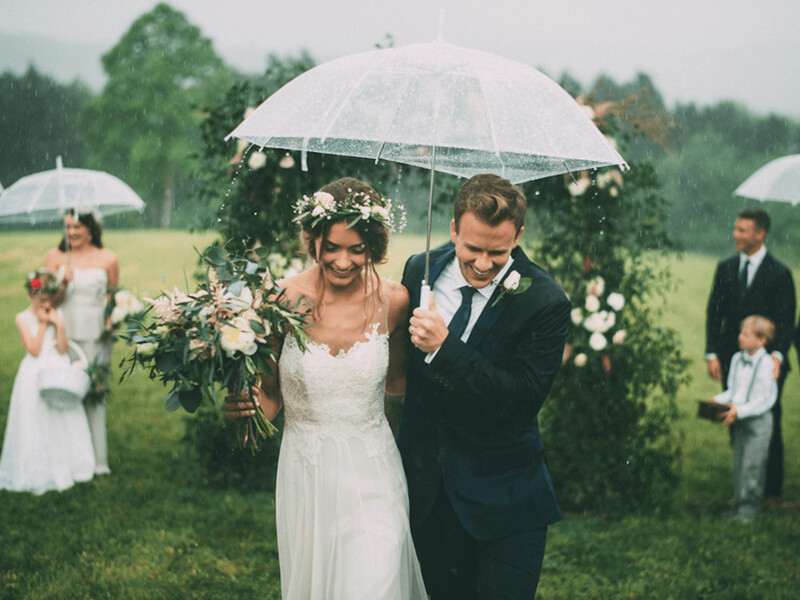 Свадьба на природе под дождем