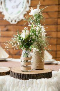 Вазы из бутылок на свадьбе в стиле рустик