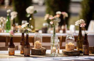 Вазы на столе на свадьбе рустик