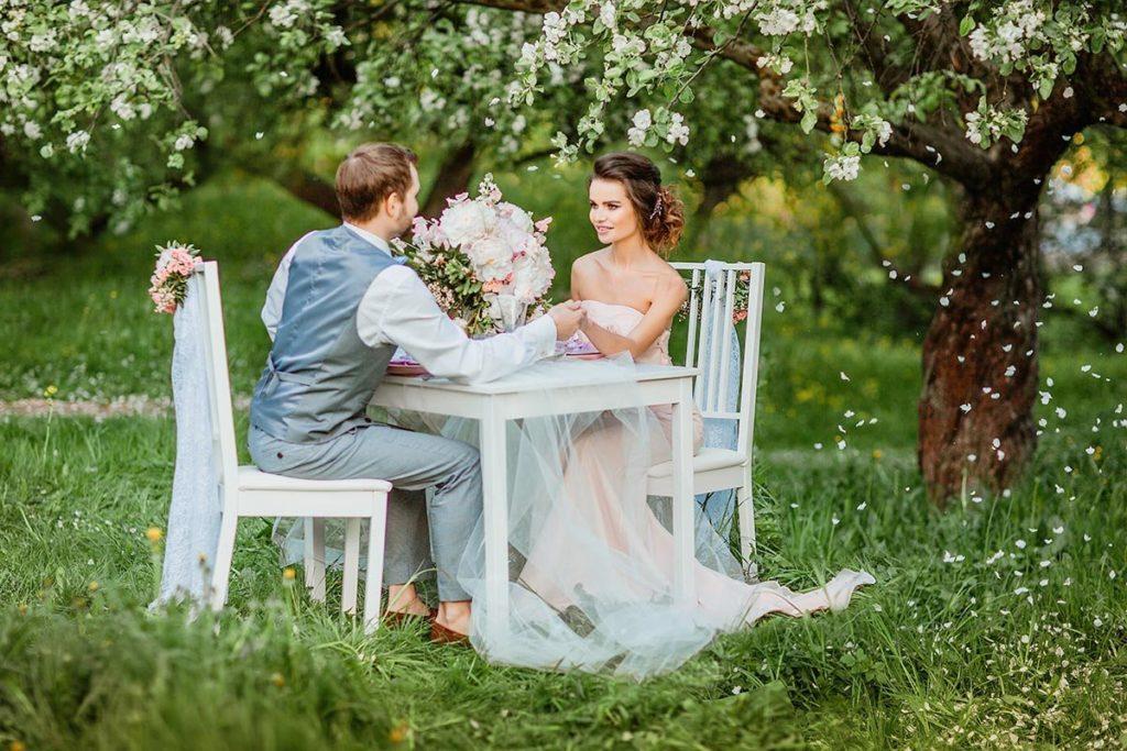 Влюбленная пара на пикнике
