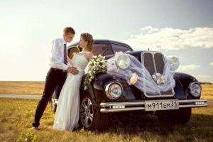 Черный ретро автомобиль на свадьбе в стиле рустик